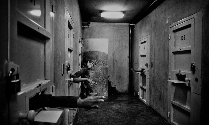 Крупнейшая тюрьма Lugarincho, Лима, Перу, 2007 год. Войти в нее, означает, мельком увидеть глубины ада. Автор фото: Валерио Биспури (Valerio Bispuri).