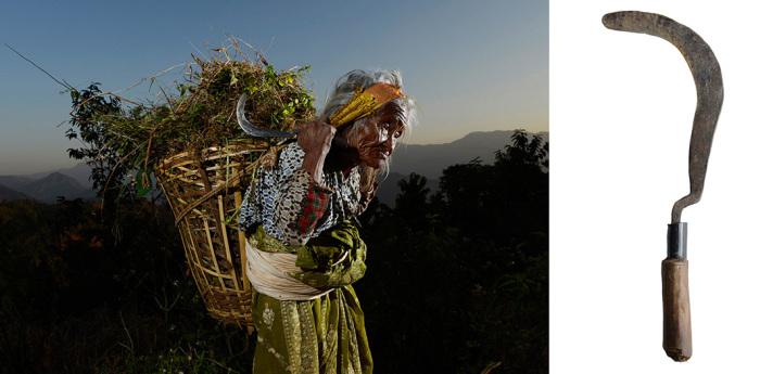 Женщина по имени Лоо-гы использует мачете, чтобы срезать траву для домашних животных. Непал. Автор фото:  Vanessa Ahlsborn.