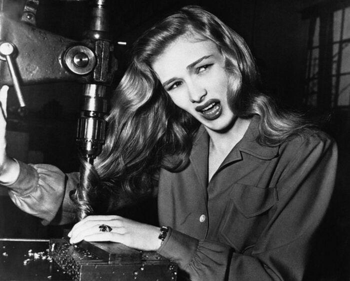 На этой фотографии из журнала Life кинозвезда Вероника Лейк демонстрирует то, насколько опасны распущенные волос для женщин, работающих на фабрике. \ Фото: rarehistoricalphotos.com.