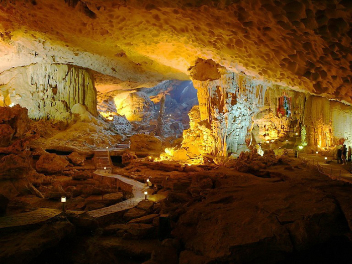 Карстовая пещера. Бухта Халонг, Вьетнам.