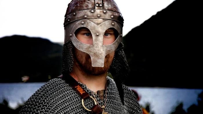 Викинг в «совином» шлеме (Шлем из Гьёрмундбю). \ Фото: nrk.no.