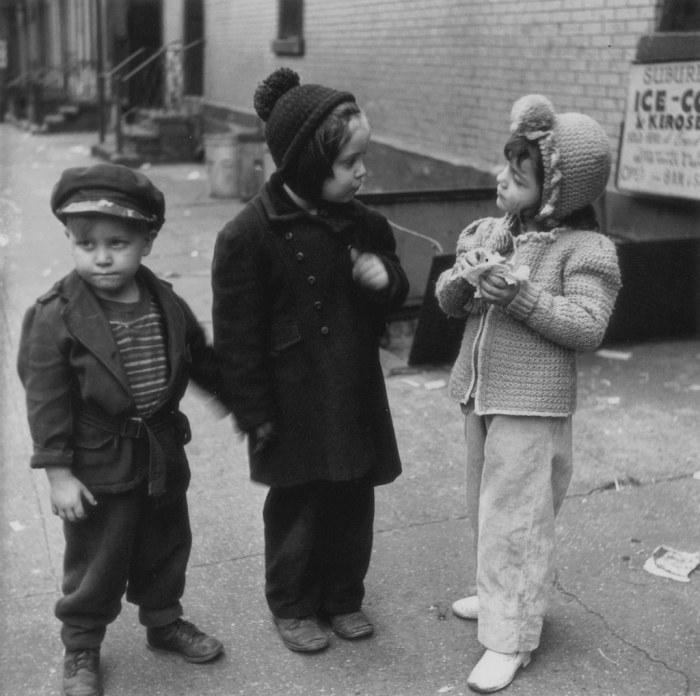 Дети на улице, 1940-е годы. Автор: Vivian Cherry.
