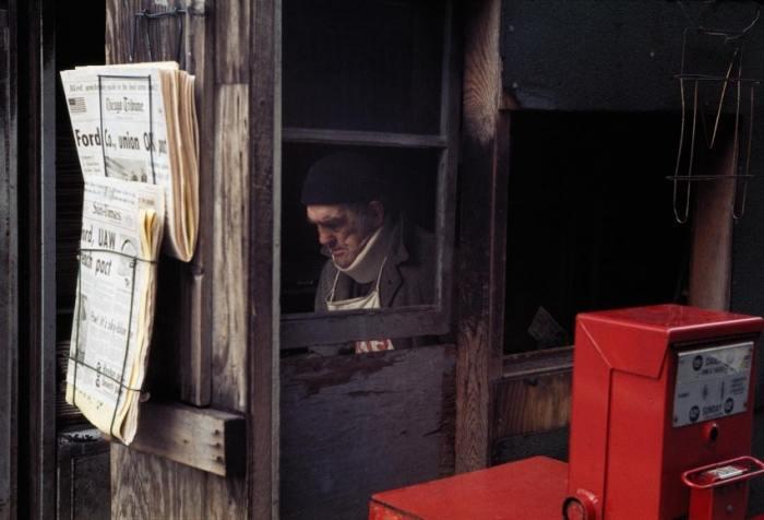 Продавец газет, Чикаго, 1976 год. Автор: Vivian Maier.