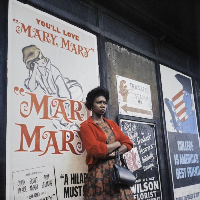 Снимок из архива: Женщина в платье, Чикаго, 1962 год. Автор: Vivian Maier.