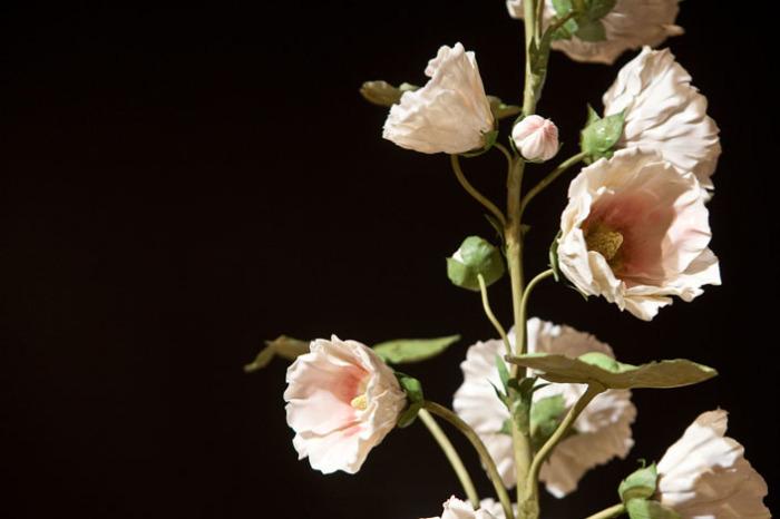 В это трудно повреить, но это далеко не живые цветы, а фарфоровые. Автор: Владимир Каневский.