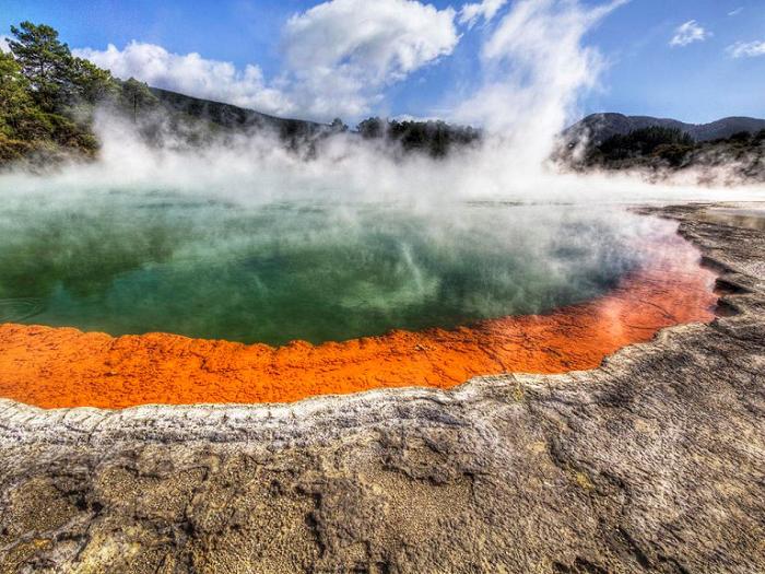 Геотермальный парк Вай-о-Тапу. Озеро-бассейн с «шампанским».