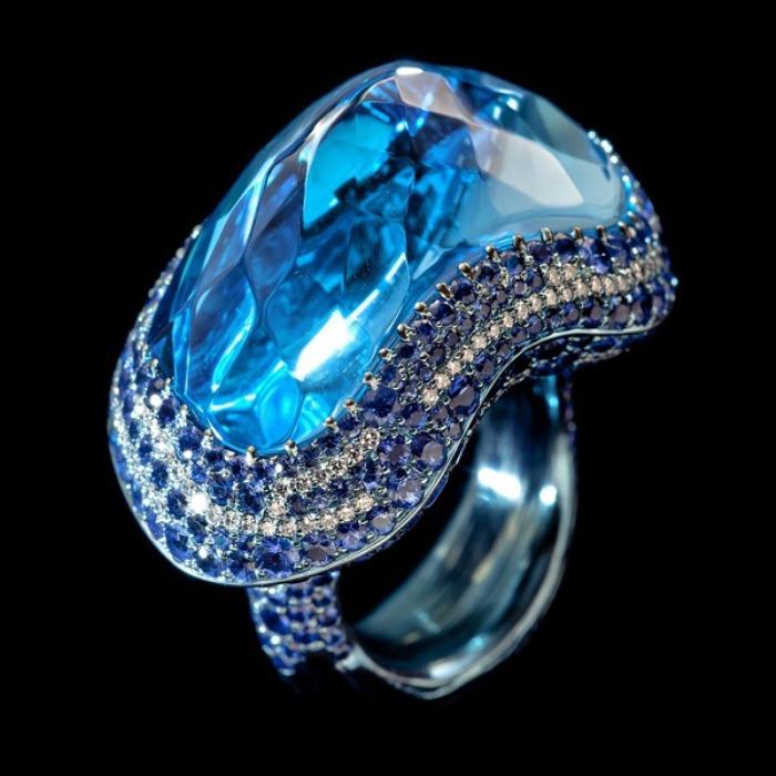 Голубой кристалл. Автор: Wallace Chan.