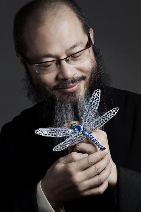 Мастер Чан со своим творением стрекозой. Автор: Wallace Chan.