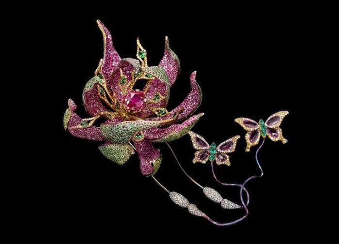 Экзотический цветок и бабочки. Автор: Wallace Chan.