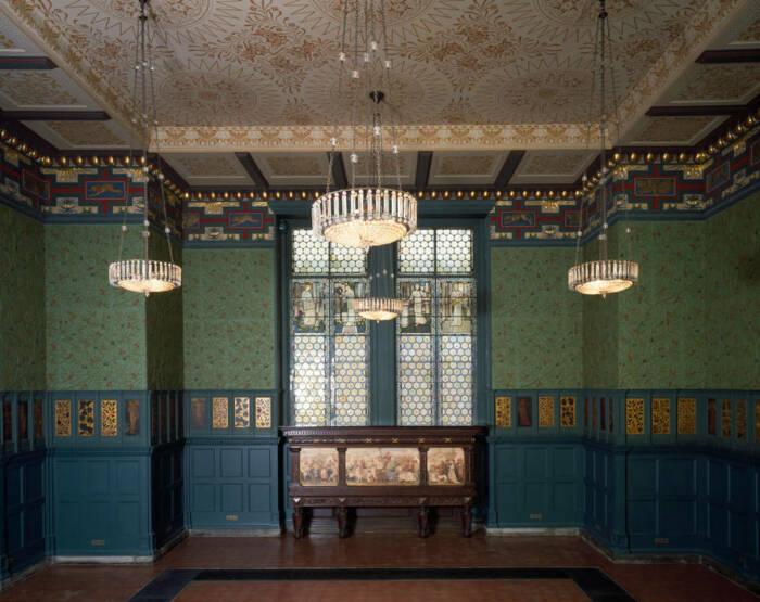 Зелёная столовая или Комната Морриса, Уильям Моррис, Филип Спикмен Уэбб и Сэр Эдвард Бёрн-Джонс, около 1860-х годов. \ Фото: wallpaperdirect.com.