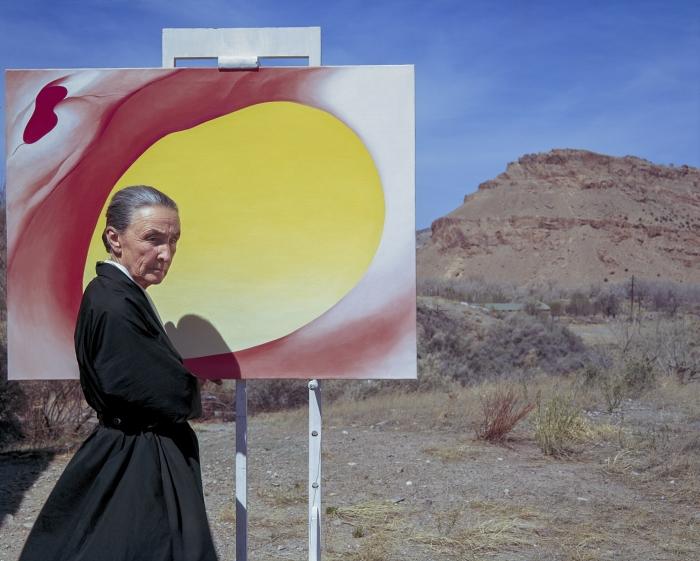 Джорджия О'Кифф позирует на открытом воздухе рядом с мольбертом с холстом, Альбукерке, штат Нью-Мексико, в 1960 году. \ Фото: townandcountrymag.com.