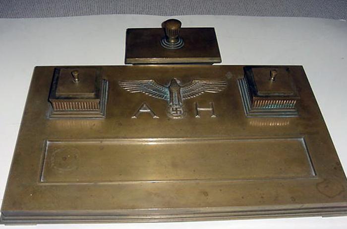 Церемониальный медный письменный стол Гитлера.