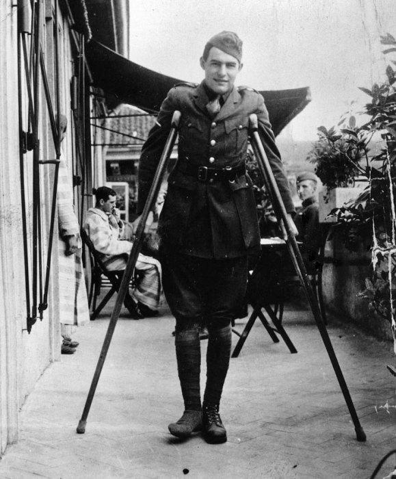 Эрнест Хемингуэй после ранения.