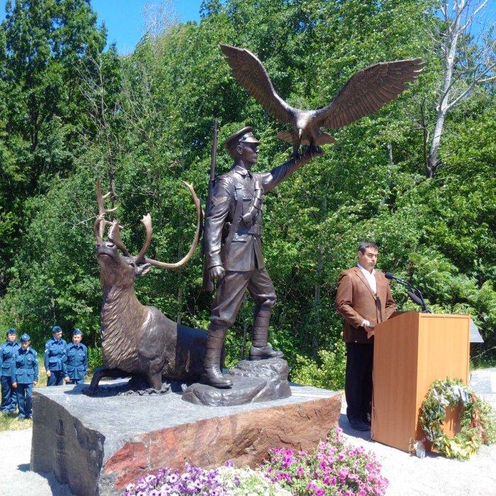 Памятник легендарному снайперу.