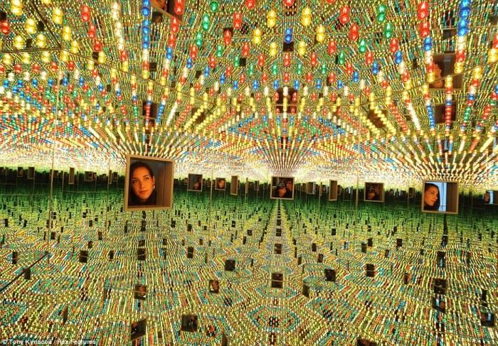 Инсталляция: зеркальная комната. Автор: Yayoi Kusama.