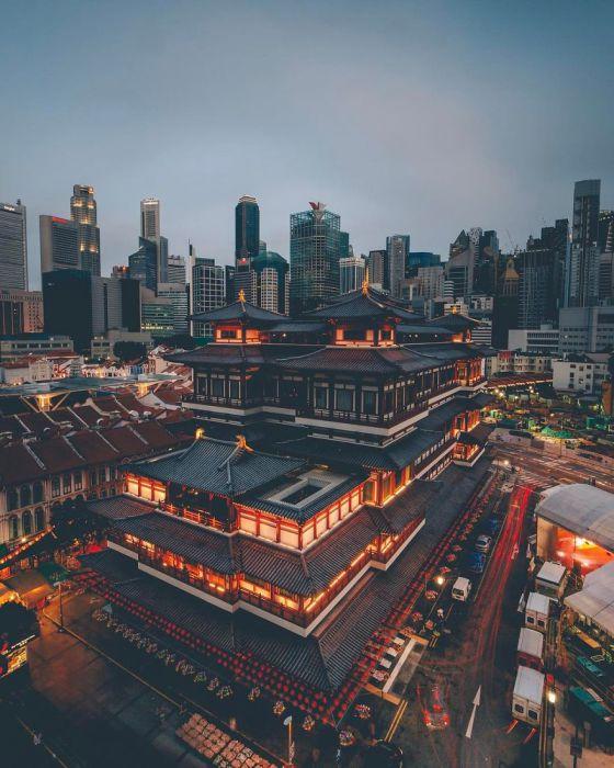 Только в Сингапуре можно увидеть старинные постройки на фоне техногенных зданий. Автор: Yik Keat Lee.