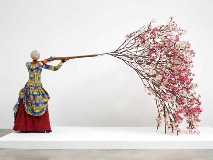 Женщина, стреляющая цветущей вишней, 2019 год. \ Фото: reddit.com.