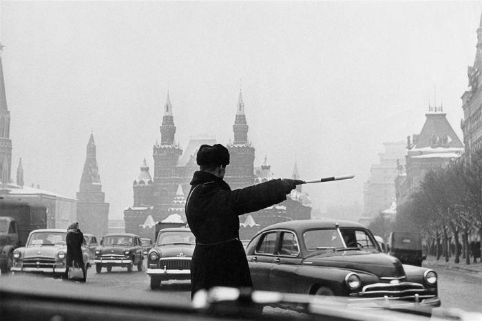 Регулировщик, Москва, Красная площадь, 1962 год. Автор: Юрий Абрамочкин.