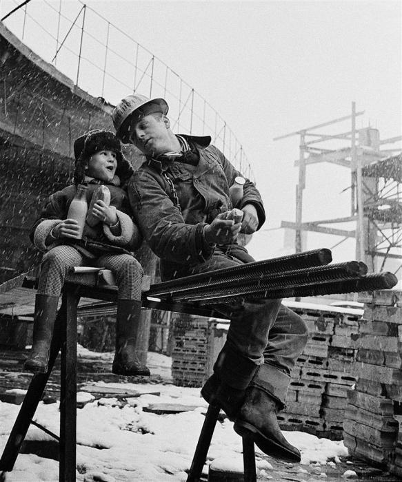 Короткий перекус и школьные новости. Москва, 1965 год. Автор: Юрий Абрамочкин.