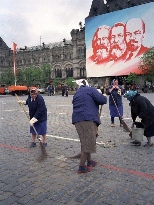 Уборка после парада, 1989 год. Автор: Юрий Абрамочкин.