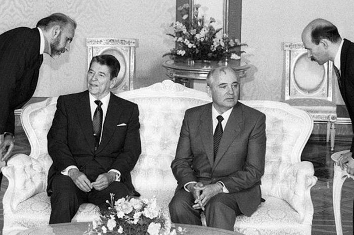 Горбачёв и Рейган. Автор: Юрий Абрамочкин.