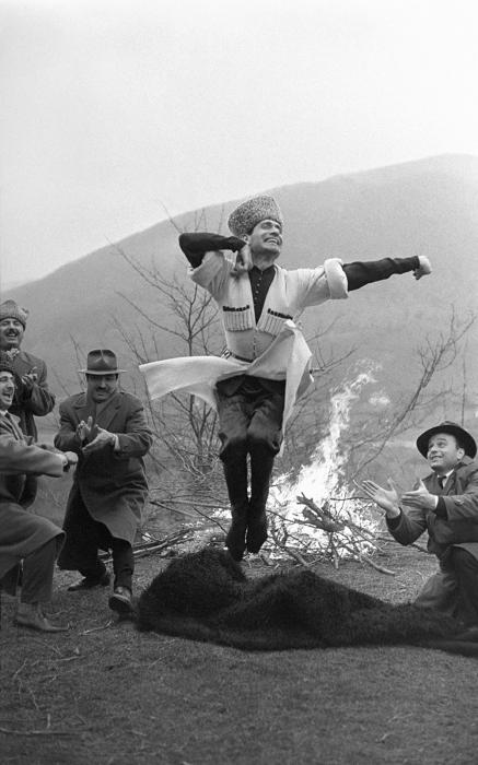 Лезгинка Махмуда Эсамбаева. Предгорье Грозного, 1971 год. Автор: Юрий Абрамочкин.