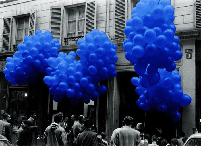 В 1957 году, на открытии своей выставки Монохром, Ив Кляйн выпустил в небо 1001 воздушный шар, назвав его Аэростатической скульптурой. \ Фото: happening.media.