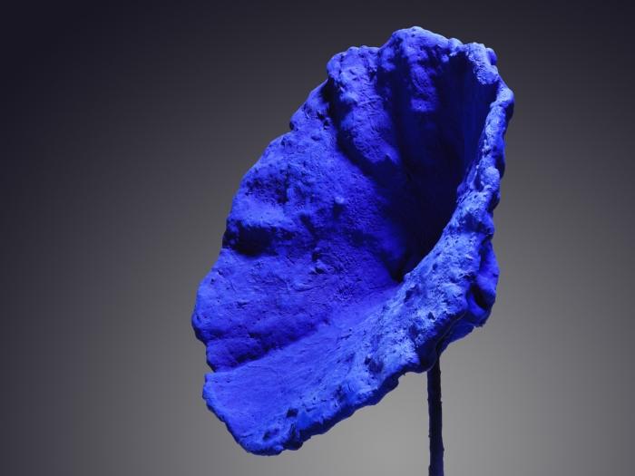 Синяя губка (скульптура без названия), Ив Кляйн. \ Фото: christies.com.