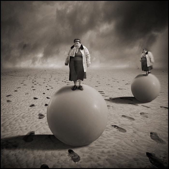 Сёстры близняшки на воздушных шарах. Автор: Yves Lecoq.