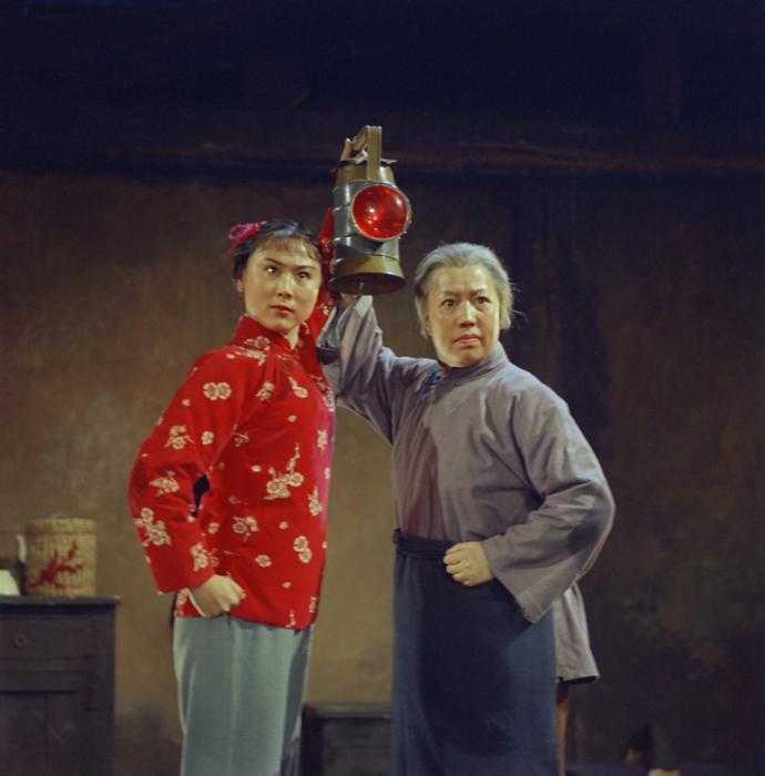 2013 г. Выставка в галерее Presentation House в Ванкувере. Опера «Легенда о красном фонаре», 1972 год. Автор фото: Zhang Yaxin.