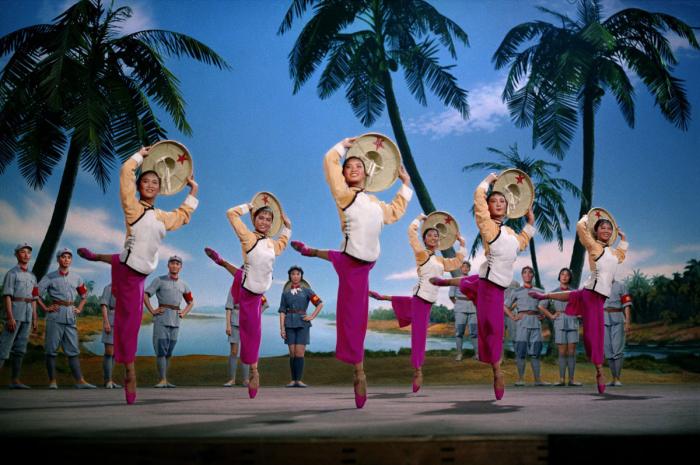 2013 г. Выставка в галерее Presentation House в Ванкувере. № 1. Опера «Красноармейский женский отряд», 1973 год. Автор фото: Zhang Yaxin.