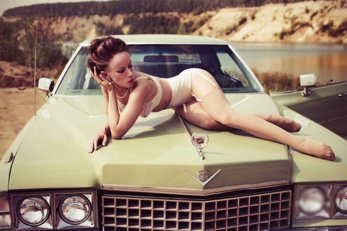 Нет ничего прекраснее роскошных женщин и автомобилей.