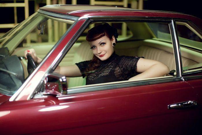 Девушка в красном авто.