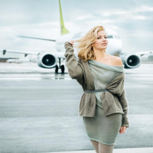 Очаровательная бортпроводница. Латвийская авиакомпания «airBaltic», Календарь на 2016 год.