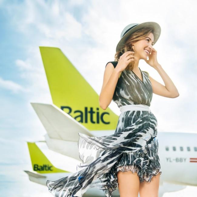 Очаровательная стюардесса. Латвийская авиакомпания «airBaltic», Календарь на 2016 год.