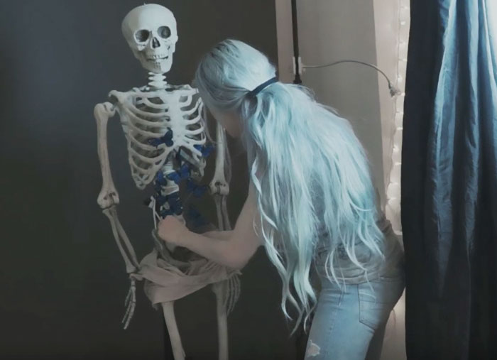 Внутрь скелета она поместила искусственных бабочек, после чего надела на него ткань телесного цвета с прорезью.