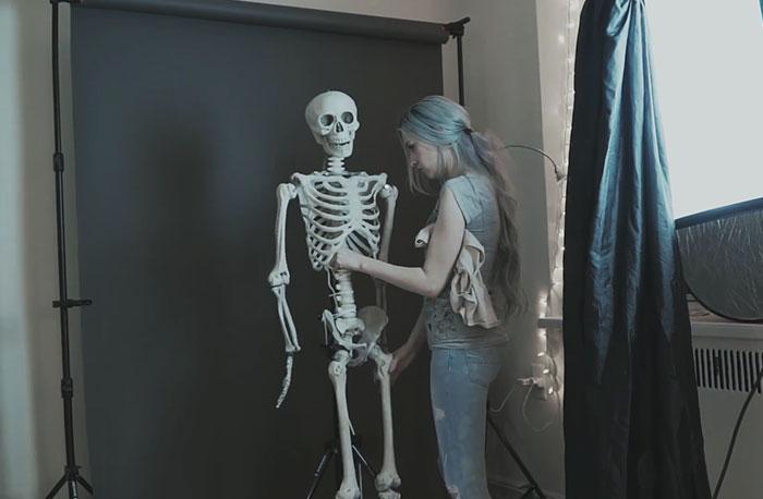 Чтобы осуществить задуманное, Аня использовала модельный скелет.
