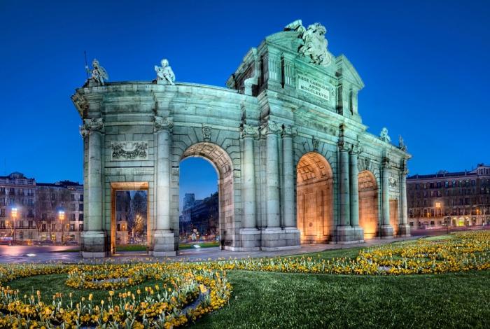 Ворота Пуэрта-де-Алькала освещённые ночью. Автор фото: Domingo Leiva.