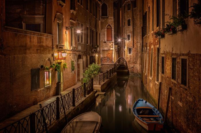 Аллея Венеции ночью. Автор фото: Bjorn Jonsson.