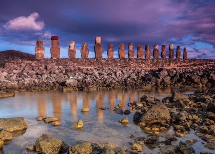 Каменные истуканы. Остров Пасхи. Чили.