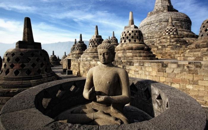 Одна из скульптур Будды в храме Борободур.
