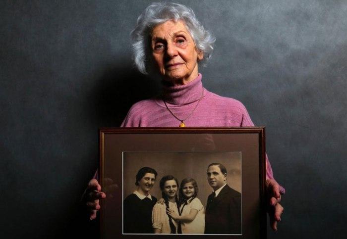 Ева Фахиди (Eva Fahidi) 90 лет. Держит портрет своей семьи. Все члены ее семьи были убиты в Аушвице и других лагерях.