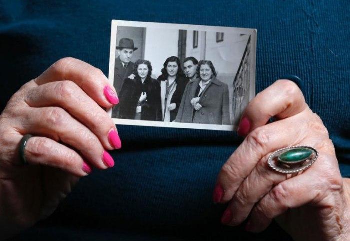 Эржбет показывает фотографию семьи довоенного времени.