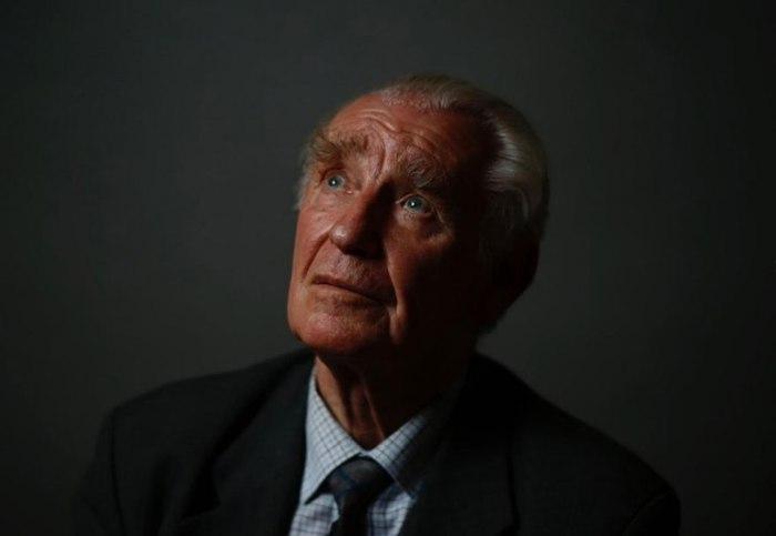 Ежи Улатовски (Jerzy Ulatowski) увезли в Аушвиц в возрасте 13 лет. Ему удалось сбежать вместе с семьей.