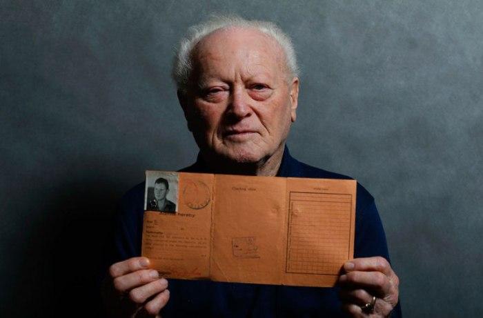 87-летний Янош Форгакс (Janos Forgacs) с документом, подтверждающим, что его доставили в лагерь.