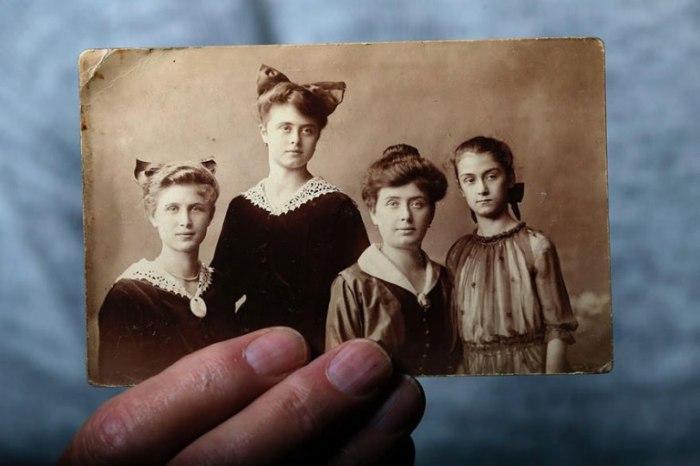 Ласло держит фото семьи, все члены которой были убиты в концентрационных лагерях.