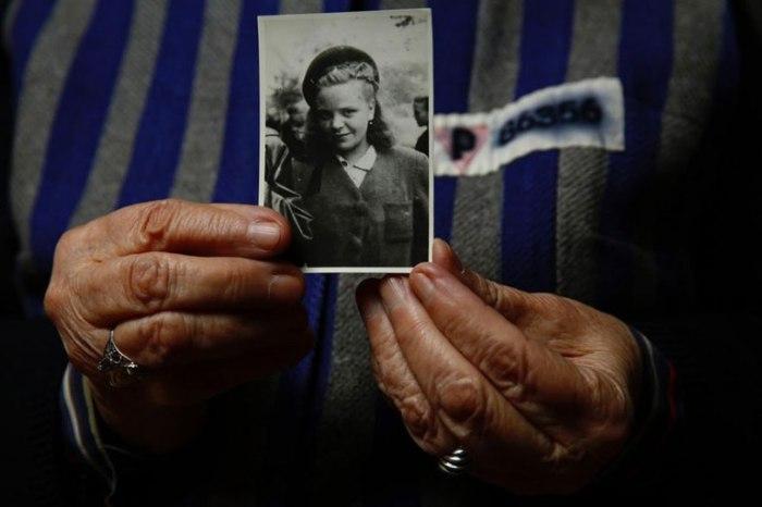 Ядвига держит фотографию себя в 1944 году.
