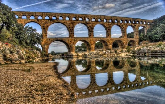 Древнеримский акведук Пон-дю-Гар, Франция.