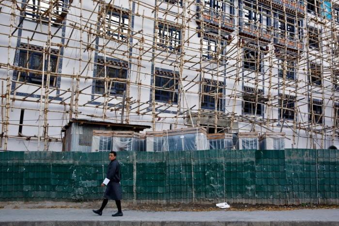 А ещё Бутан — бедная страна. Но это не мешает бутанцам быть счастливыми.