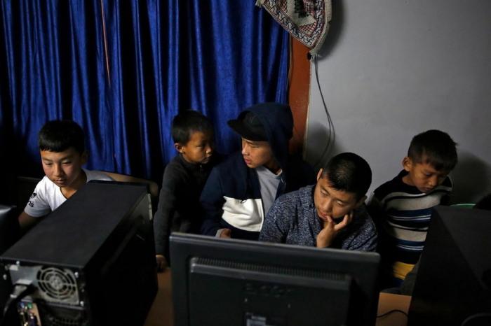 В небольших городах и деревнях, люди не умеют читать и писать, но зато умеют играть в компьютерные игры.